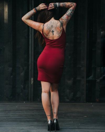 Sukienka bordowa z łańcuchami